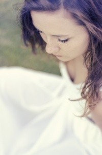 2015-06-24_portrait-modele-meg-cheveux-herbe_DSC0461