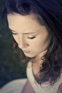 2015-06-24_portrait-modele-meg-cheveux-herbe_DSC0629